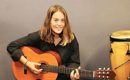 Image:St Pius X student strums her way to Nashville